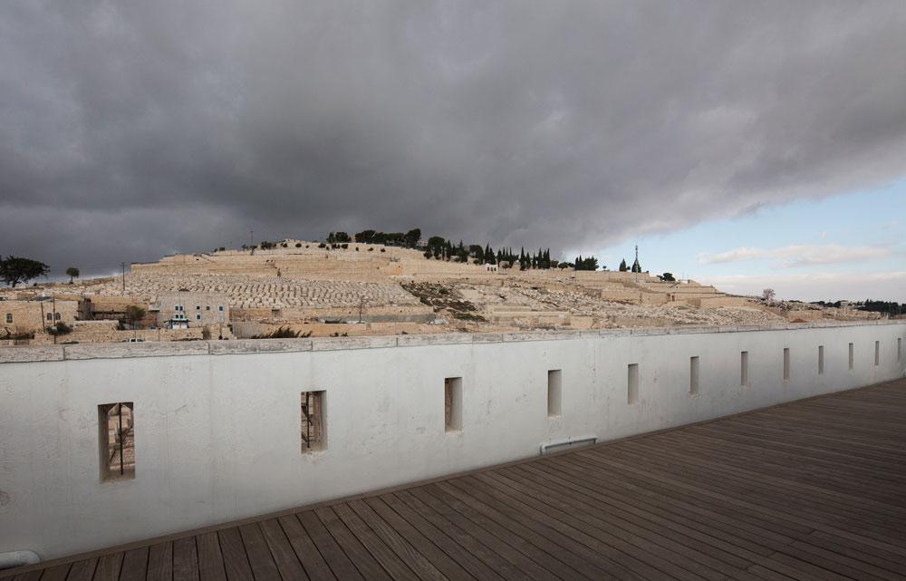 מבט להר הזיתים. אי אפשר לברוח מההיסטוריה גם כשנכנסים הביתה (צילום: אביעד בר נס)