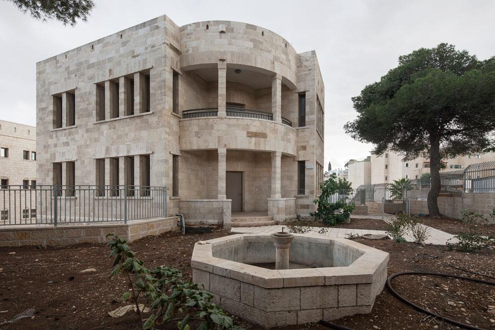המבנה השני במתחם הוא וילה ערבית. ''קרן שלם''', שרכשה את השטח, הסבה גם אותו לבניין מגורים עם שלוש יחידות דיור. דירת 6 חדרים כאן עולה 2.7 מיליון שקלים (צילום: אביעד בר נס)