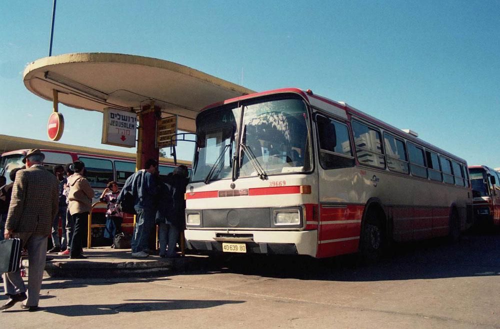 התחנה הישנה בתל אביב, עם כניסת המרצדסים בתחילת שנות ה-80. גשם, רוח ואבק היו רק חלק מהתענוג, אך הקידמה - התחנה החדשה - התגלתה כסיוט (באדיבות הארכיון ההסטורי אגד)