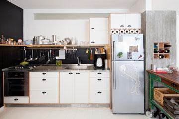 טיפ 1: שחור שמגדיר את המטבח. דירה בעיצוב דנה גוטמן ורותם סולרצ'יק (צילום: אביעד בר נס)