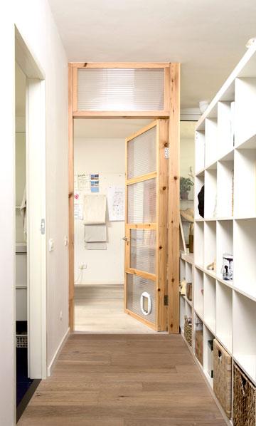 טיפ 3: דלת חצי שקופה נראית קלילה יותר ויוצרת עומק. דירה בתכנון מני רוזנברג (צילום: דורון עובד)
