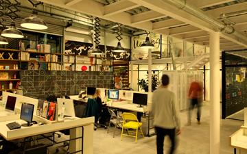 מבט מכיוון מרחב העבודה אל הכניסה (צילום: בועז לביא ויונתן בלום)