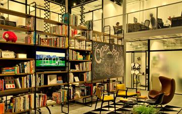 הספרייה, השולחנות והמנורות עוצבו במשרדו של האדריכל דן טרוים, הכסאות האקלקטיים נקנו בחנויות שונות (צילום: בועז לביא ויונתן בלום)