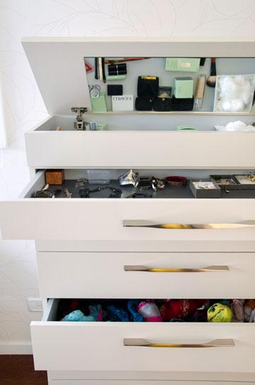 למעלה: מי אמר שחייבים שידות תואמות משני צדי המיטה? למטה: שידה עם מגירות ייעודיות בתכנון עברון (צילום: אילן נחום)
