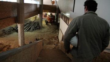 יורדים למרתף הנחפר (צילום: יניב ברמן)