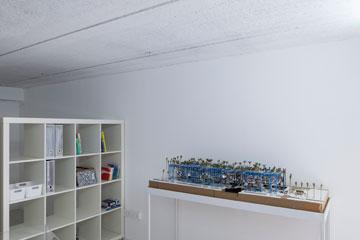 המודל של איתי פלטי בסטודיו שלו (צילום: אביעד בר נס)