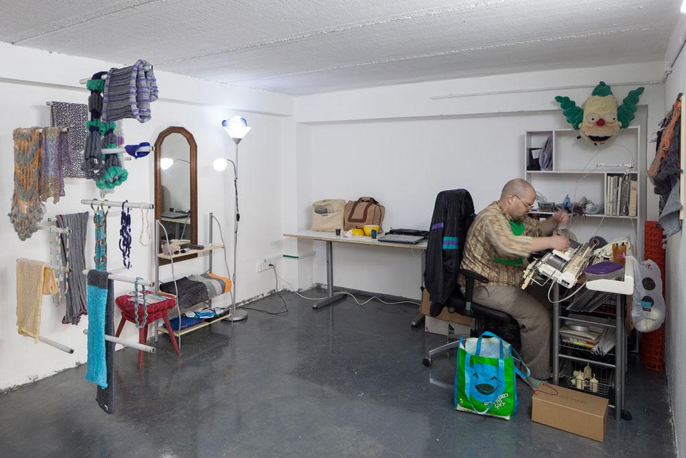 זיו בן גל, מעצב טקסטיל ואביזרי לבוש, בסטודיו שלו. חלק מהמעצבים חולקים סטודיו משותף, ואחרים יושבים לבד. דמי השכירות הם אלף שקלים בחודש, והם כוללים גם אימון אישי שאמור לסייע בפיתוח העסק שלהם (צילום: אביעד בר נס)
