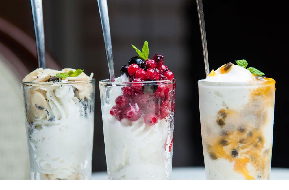 לא צריך מכונת גלידה. קינוחים אישיים עם פסיפלורה (מימין), פירות יער ופרג ( צילום: שי אשכנזי )