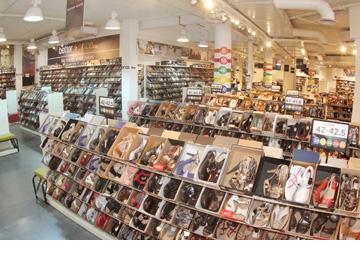 אוריג'ינלס – בטר פרייס. נעליים מעונות קודמות, נעליים בסייל וסאמפלים (צילום: יוני רייף)