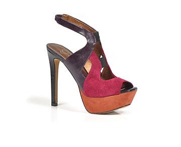וינס קמוטו. נעלי נשים מהחורף הנוכחי במחירי סוף עונה לצד פריטים מהחורף שעבר בהנחות גדולות (צילום: אפרת אשל)