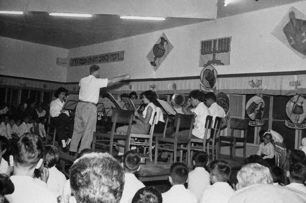 החברים מתבקשים להגיע לקונצרט בחדר האוכל. תל יוסף, שנות ה-30 (באדיבות ארכיון תל יוסף)