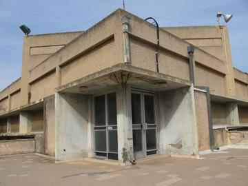 הבניין כיום. סובל מבעיית רטיבות (צילום: מיכאל יעקובסון)