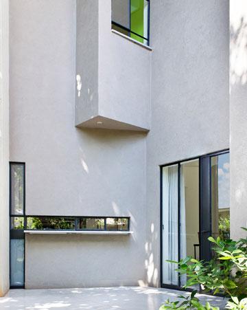 פתחים יוצאי דופן בקירות (צילום: עמית גושר)