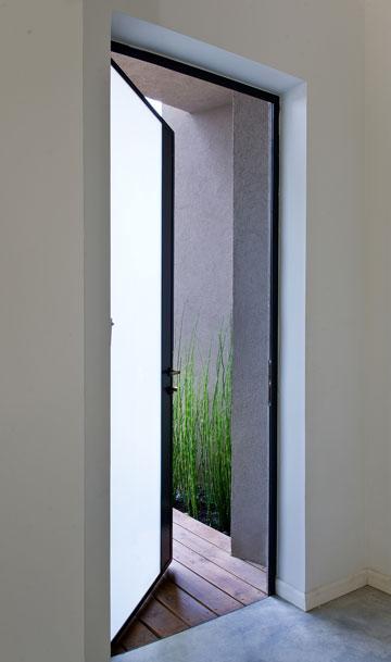 דלת הכניסה מבפנים. הפרופורציות של החללים אינטימיות, ומזכירות דירות עירוניות (צילום: עמית גושר)