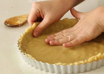 במקום לרדד את הבצק, משטחים אותו בתבנית עם הידיים (צילום: מיכל שמיר)