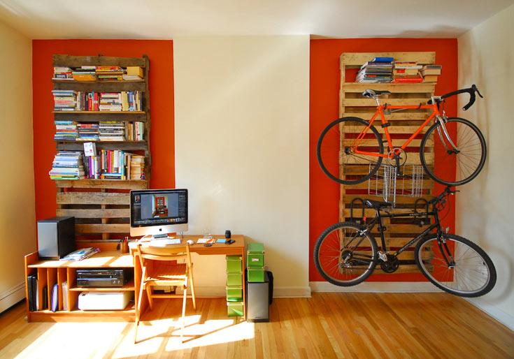 רפסודה באדום. מתקן לאופניים וספרייה ממשטחי עץ (צילום: chris.shutter)