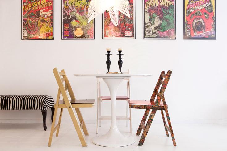 הכסאות המתקפלים בפינת האוכל נמצאו ברחוב וקיבלו כל אחד ''טיפול'' מיוחד: אחד צופה פיסות נייר מחוברות קומיקס, שני זהב, שלישי נצבע אפוקסי לבן וקיבל משענת ומושב מפרספקס אדום. על הקיר מוסגרו כרזות של קבוצת הגרפיטי ''ברוקן פינגאס'' (צילום: אביעד בר נס)