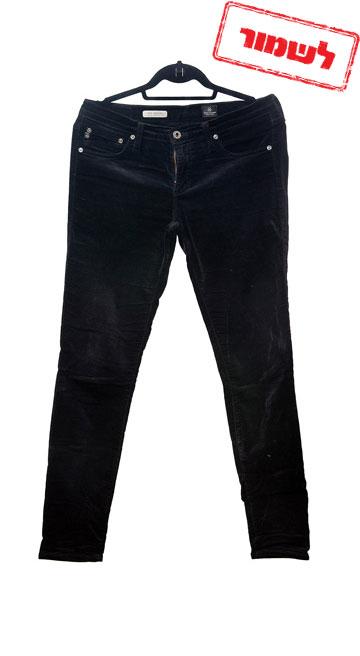 מכנסי קטיפה שחורים של AG. ''קניתי אותם גם כשהייתי שמנה בעשרה קילו, אז יש לי מידה 31 ויש גם מידה 29'' (צילום: ענבל מרמרי)