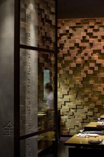 טקסטורות ומלים על הקירות. אופנתי (צילום: עמית גרון)