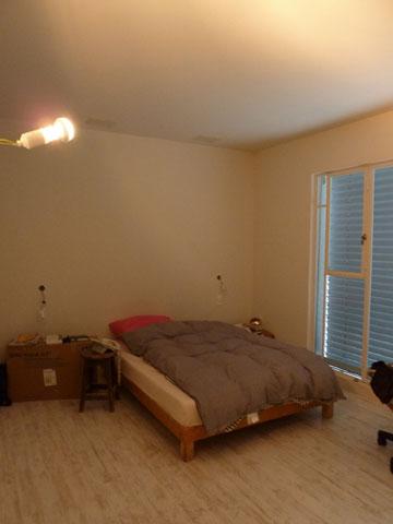 למעלה: חדר השינה ''לפני''. למטה: ''אחרי'' (צילום: שני רינג)
