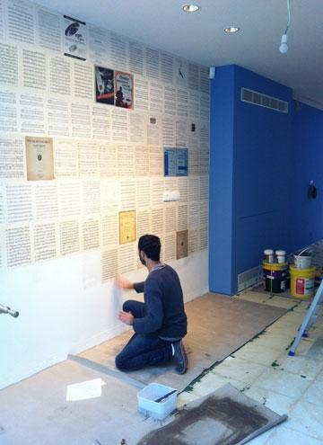 דפי תווים ישנים הודבקו על הקיר (צילום: שני רינג)