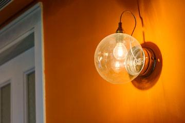 מנורת קיר במסדרון (''יאיר דורם'') (צילום: Hadrien Daudet)