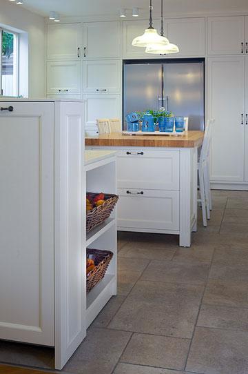 המזגן הרצפתי חבוי בארון שמפריד בין המטבח לסלון (צילום: עוזי פורת)