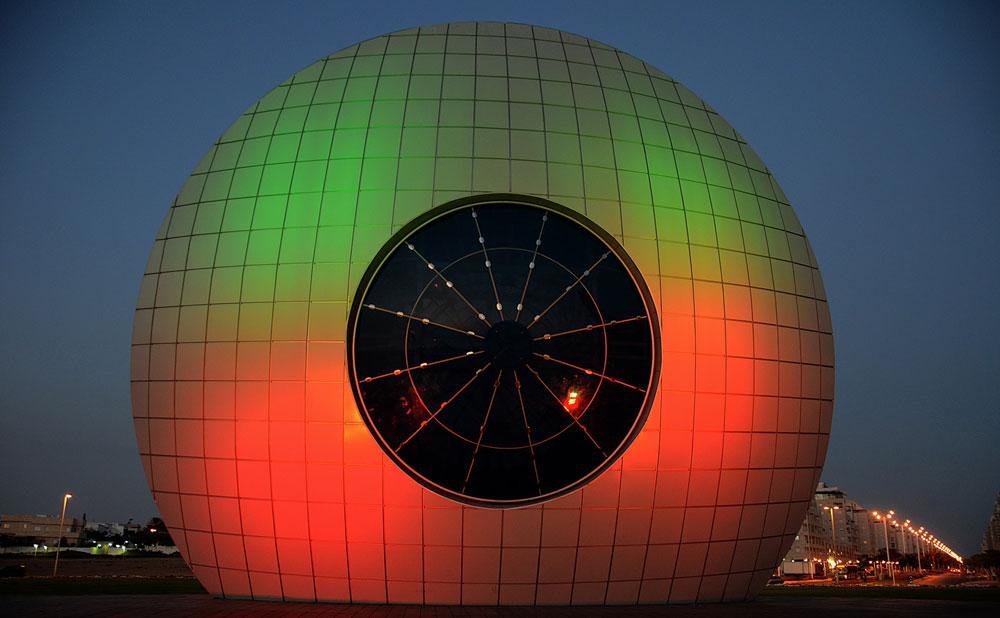 ועוד כיכר: ''עין השמש'', עם המיצג האופטי המרשים של מוטי מזרחי. מרשים מאוד את האורחים שמגיעים לאשדוד (צילום: בועז רענן)