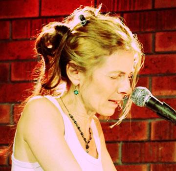 """""""בגיל 37, בלי שום ידע או הכנה, התחלתי ברגע אחד לעשות מוזיקה"""".הדרה לוין ארדי (צילום: הילה עוז)"""