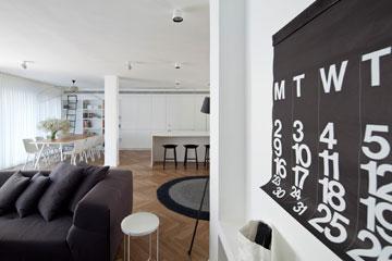 הסלון. ספה תלת מושבית, שטיח עגול, לוח שנה (צילום: עמית גרון)