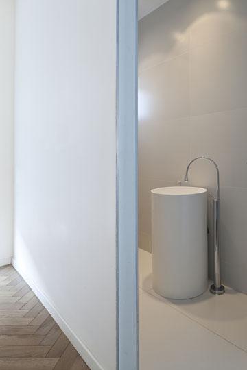 """שירותי האורחים. אריחים בעובי 3 מ""""מ לגובה כל הקיר (צילום: עמית גרון)"""