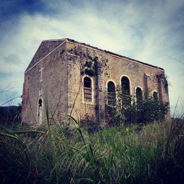 """כנסיית אל-באסה. השלט על הדלת מזהיר: """"סכנה"""" (צילום: מיכאל יעקובסון )"""