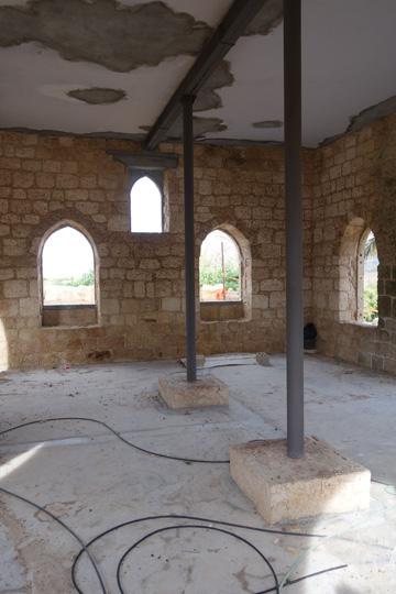 בתוך המסגד. פעם פעלו כאן 11 בתי קפה  (צילום: מיכאל יעקובסון )