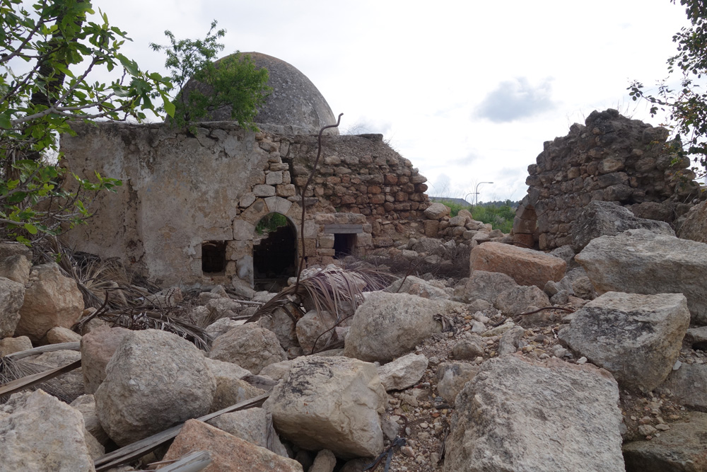 שרידי העיירה אל-באסה, אזור התעשייה שלומי. נוצרים ומוסלמים גרו כאן יחד במשך מאות שנים, ואחרי קום המדינה הועברו ליישוב עולים חדשים (צילום: מיכאל יעקובסון )
