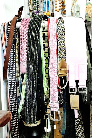חגורות, תכשיטים ואביזרים נוספים בחנות פעם שנייה (צילום: נועה צור)