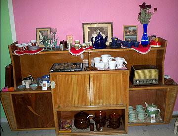 רוזה במעוז ציון. בגדים, תכשיטים, כלי בית ופריטי ריהוט  (צילום: אסנת רוזה)