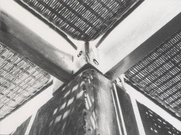 פרטי הסוכות בחוף. חומרים שנקנו בעזה וברפיח, ושולבו במודרניזם הישראלי של הקולקרים (באדיבות קולקר קולקר אפשטיין)
