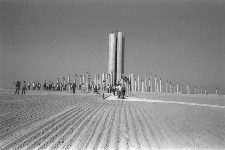 אנדרטת עוצבת הפלדה, חלק בלתי נפרד מהזיכרון. אדריכל ישראל גודוביץ תיכנן אותה (צילום: משה מילנר, לעמ)