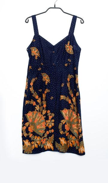 """שמלה כחולה עם הדפס. """"זאת שמלה שאני לא מורידה בקיץ. היא עשויה מבד כותנה שנרכש בבאלי על ידי חברתי איילת מנחמי, ועשיתי ממנה שמלת קיץ. זה הדבר הכי נוח ונעים שיש"""" (צילום: ענבל מרמרי)"""