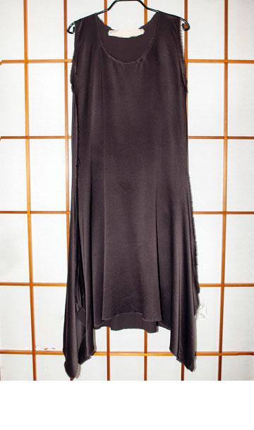 """שמלת משי של לנוון. """"רכשתי אותה ב-2005, לערב הגאלה שנערך בישראל לכבוד אלבר אלבז. זה פריט האופנה הכי יקר שרכשתי, אך אני לא הולכת איתה כבר הרבה שנים. היא פשוט לא יפה עליי""""  (צילום: ענבל מרמרי)"""