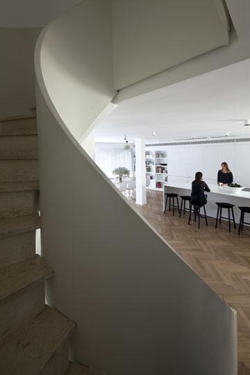 מבט מגרם המדרגות למטבח (צילום: עמית גרון)