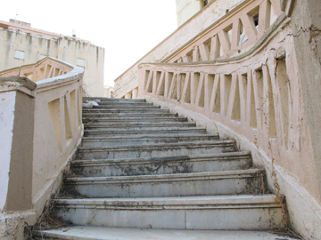 המדרגות במלון אליזבט. העושר והאושר לא שרדו זמן רב (צילום: מיכאל יעקובסון)