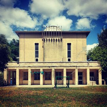בית הכנסת בשדה יעקב, החזית המזרחית, עם מרפסת רחבה וקומת עמודים (צילום: מיכאל יעקובסון)