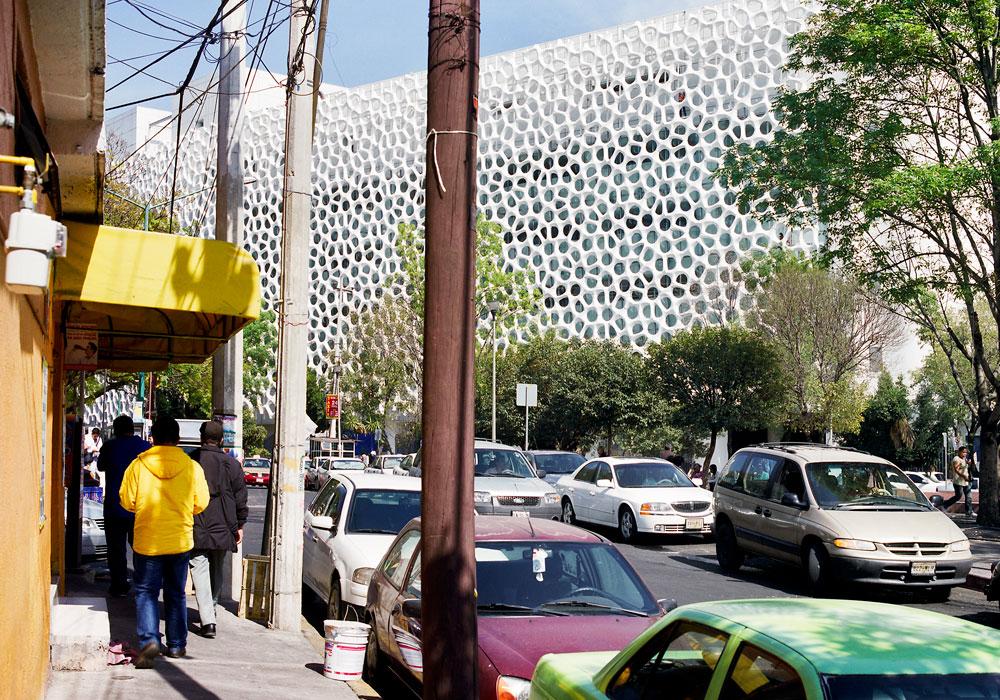 בית החולים במקסיקו סיטי עם החזית הפונה לרחוב הסואן. מסוגלת גם להאט את מהירות הרוח, לשפר את פיזור האוויר בסביבה ולהצליל את החלונות (צילום: alejandro cartagena)