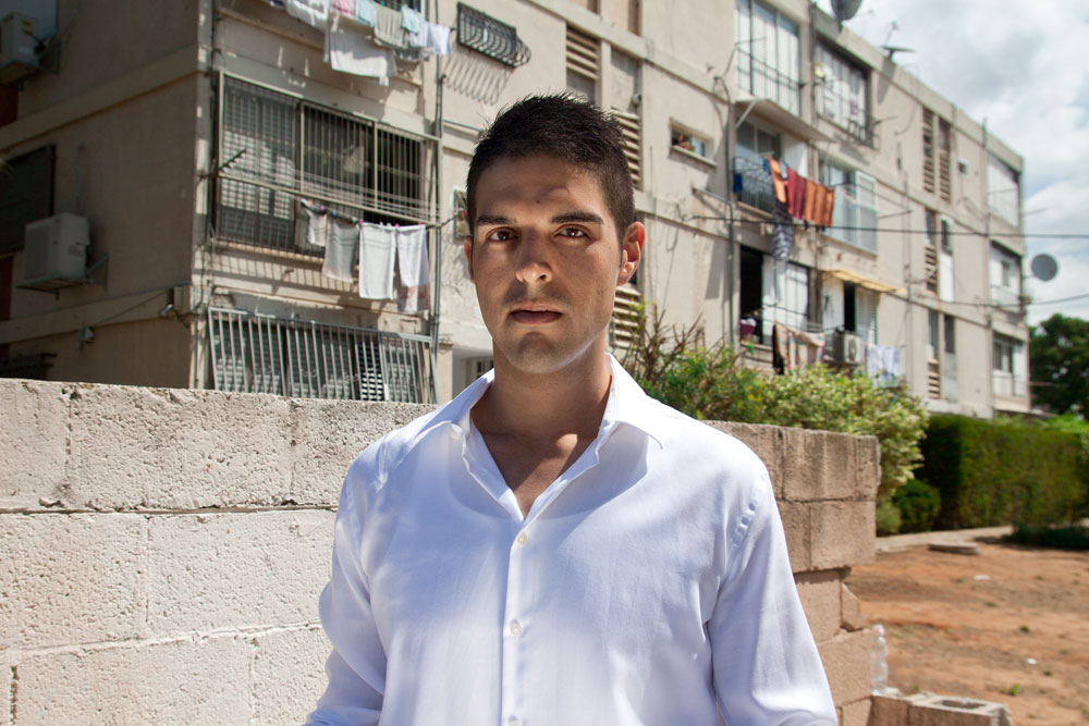 """עו""""ד ארתור שני בשכונת ילדותו בדרום תל אביב. """"כשקוראים את קורות החיים שלי, חושבים שאני עוד 'בן טובים' מהבינתחומי. מהר מאוד הבנתי מה צריך לעשות כדי להתקדם"""" (צילום: סיוון אלירזי)"""