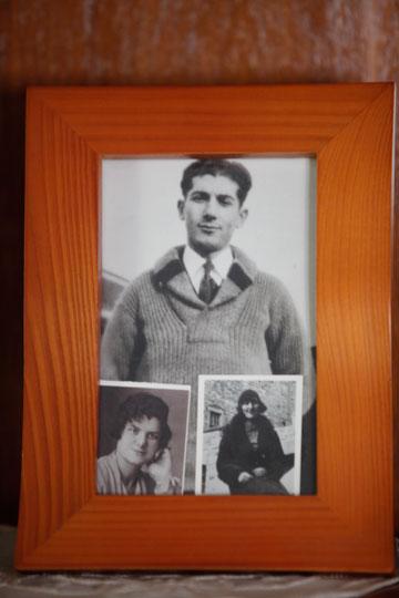 """תמונה של זלץ בצעירותו לצד תצלומי אמו המנוחה. """"חיכיתי לה, והיא לא הגיעה"""" (צילום: קובי בכר )"""
