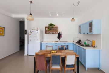 המטבח של א'. וינטג' לצד ריהוט עכשווי (צילום: אביעד בר נס)
