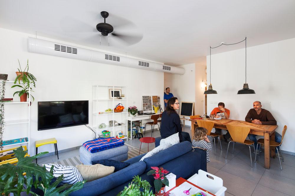 """""""אני מאוד אוהב את השילוב של הדיור בר ההשגה בבניין הזה"""", אומר אופיר (מימין). """"זה מוסיף חיים למקום"""" (צילום: אביעד בר נס)"""