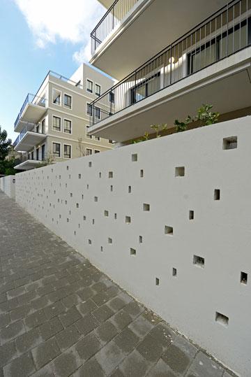 החומה שמקיפה את הבניין ומפרידה בינו לבין הרחוב (צילום: רן בירן)