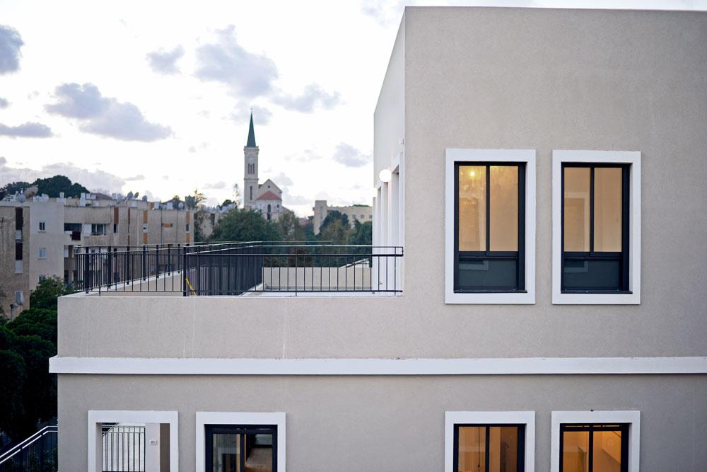 דירת גג בבניין ברחוב מיכאלאנג'לו ביפו. דקה וחצי הליכה מהחומוס של אבו חסן, חמש דקות משוק הפשפשים, עשר דקות מהנמל (צילום: רן בירן)
